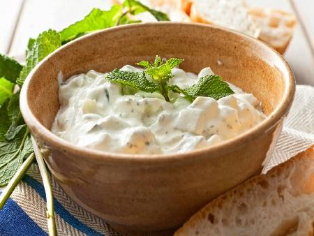Млечна салата Снежанка със заквасена сметана и орехи - снимка на рецептата
